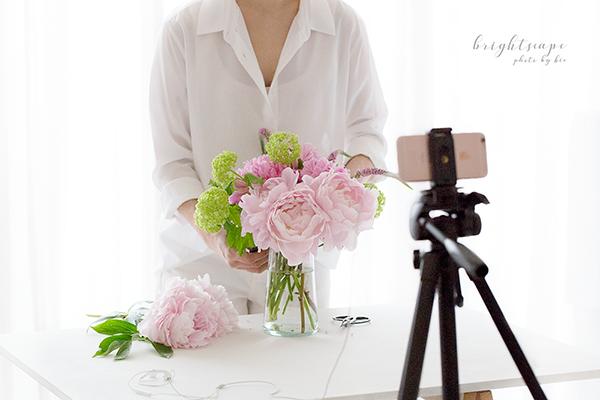 iPhoneカメラを三脚につけて、花の準備を撮影